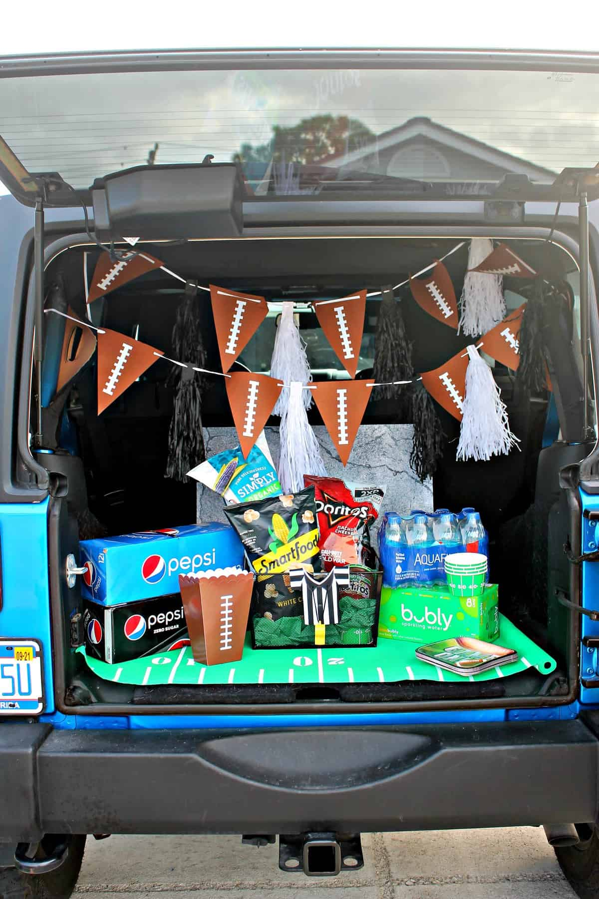 Jeep tailgate decorated for game day.